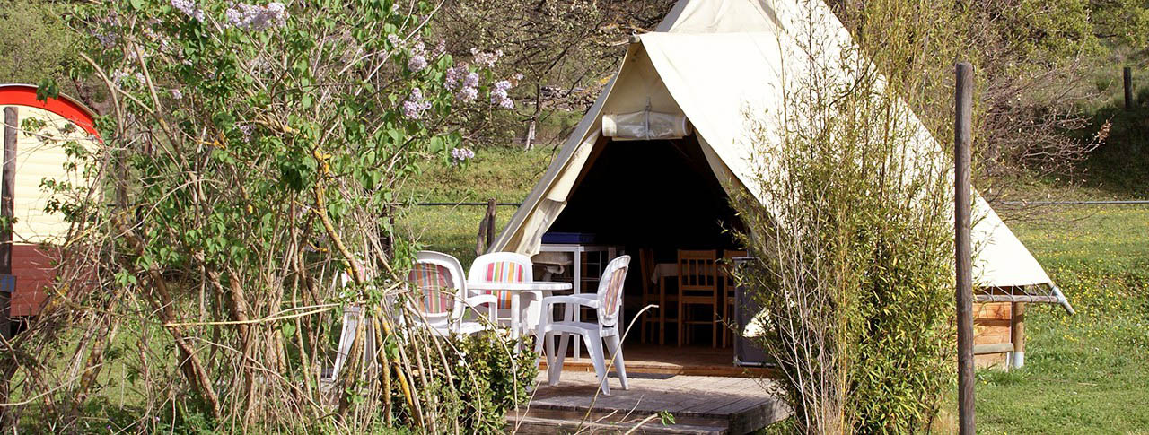 camping-en-tente-et-tipi-pano.jpg