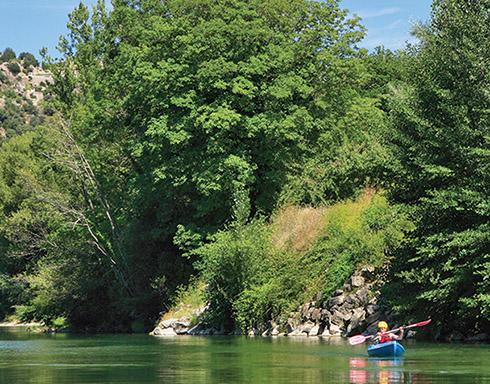 Camping dans les c vennes en bord de rivi re avec piscine for Camping gorges du tarn avec piscine