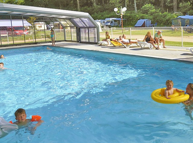 camping-la-chenaie-piscine-couverte-normandie-min.jpg-2