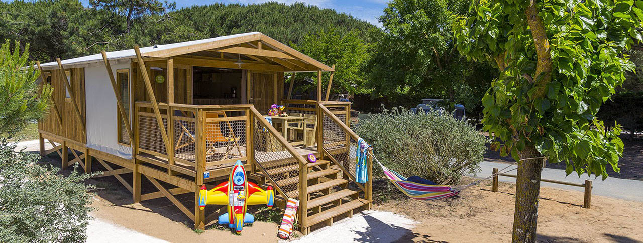 Location de camping en france avec cabane lodge sur pilotis for Club piscine cabanon