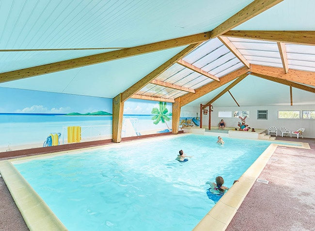 piscine-interieure-camping-la-grand-metairie-vendee-min.jpg-10